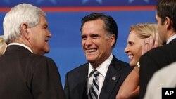 Mitt Romney i njegova supruga u razgovoru s bivšim predsjedateljem Zastupničkog doma Newtom Gingrichem