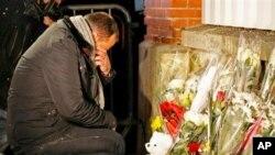 民眾到槍擊案現場悼念死者