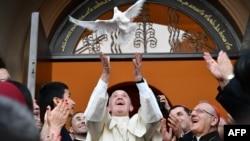 ڕۆژی شەممە لە تبلیسی گورجستان پاپا کۆتری ئازاد کرد وەکو هێمایەک بۆ ئاشتی