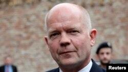 Menteri Luar Negeri William Hague saat tiba untuk sebuah pertemuan di Wina (13/7). (Reuters/Heinz-Peter Bader)