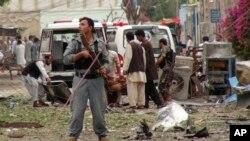 보안요원들이 3일 잘랄라바드 인도 영사관 근처에서 발생한 자살폭탄공격 현장에서 수사를 진행하고 있다.