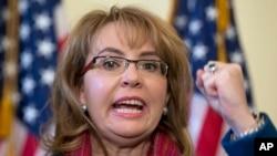 La exlegisladora Gabby Giffords encabeza campaña contra la violencia con armas que sufrren las mujeres.