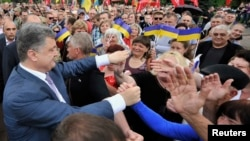 Ukrainian businessman, politician and presidential candidate Petro Poroshenko (L) meets his supporters during his election rally in the city of Kryvyi Rih May 17, 2014.
