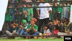 Suporter anak-anak yang turut menyaksikan pertandingan sepak bola di Stadion Teladan, Medan. (VOA/Anugrah Andriansyah).