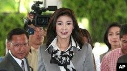 當選泰國第一位女總理英拉.西那瓦(中)星期一參加在曼谷的一個會議
