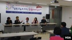 지난 9일 '새롭고 하나된 조국을 위한 모임'의 '통일열차' 회원들이 탈북민들에게 한국사회 정착에 관한 이야기를 듣고 있다.
