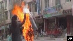 Một nhà sư Tây Tạng tự thiêu (ảnh tư liệu tháng 11 năm 2011)