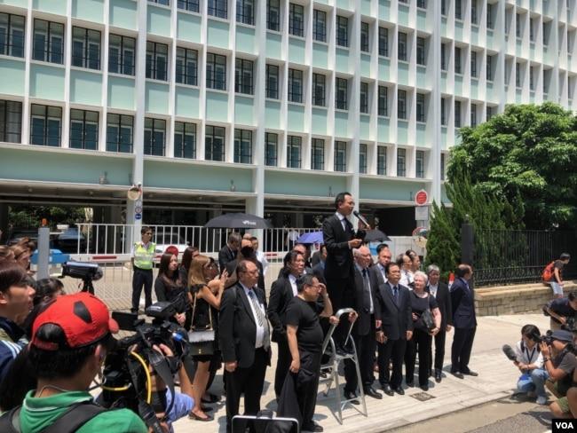 香港法律界数千人黑衣游行反对律政司政治检控
