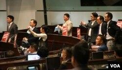 香港立法會在爭議中通過一地兩檢條例草案。(美國之音湯惠芸)