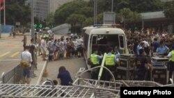 学生和市民阻止扣押设备警车离开(推特图片)