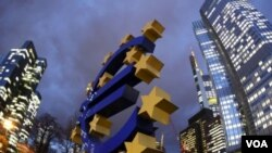 Patung Euro di depan Sentral Bank Eropa di Frankfurt, Kerman (Foto: dok).