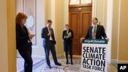 Para anggota Senat AS usai pertemuan mengenai bahaya perubahan iklim dan kurangnya tindakan (11/3). (AP/J. Scott Applewhite)