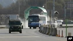 4月9日韩国车辆在军车陪同下从朝鲜开城工业区返回韩国抵达边界板门店附近的海关移民检疫办公室