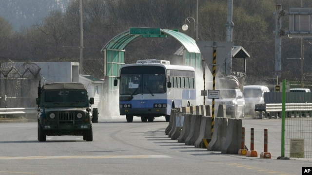 South Korean vehicles returning home from North Korea's Kaesong are escorted by a South Korean military vehicle upon their arrival at the customs, immigration and quarantine office near the border village of Panmunjom, April 9, 2013.