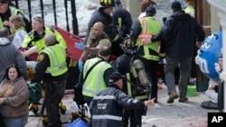 2013年4月15日波士顿救护人员在爆炸现场进行抢救