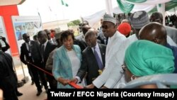 Le président Muhammadu Buhari inaugure le nouvel immeuble de l'Agence de lutte contre la corruption et les crimes financiers (EFCC) à Abuja, 15 mai 2018. (Twitter/EFCC Nigeria)