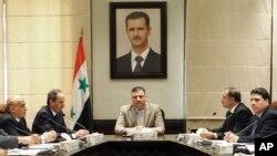 Ảnh do thông tấn xã SANA phổ biến hôm 5/8/12 cho thấy Thủ tướng Riad Hijab (giữa) nói chuyện tại một phiên họp trong thủ đô Damascus của Syria. Chân dung của Tổng thống Syria al-Assad được treo bên trên.