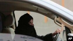 지난 2014년 3월, 사우디 여성 아지자 유세프 씨가 정부의 여성 운전 금지 정책에 항의해 리야드에서 차를 몰며 시위를 벌이고 있다.