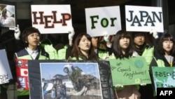 Sinh viên Nam Triều Tiên gây quỹ giúp nạn nhân động đất, sóng thần ở Nhật Bản tại trung tâm thủ đô Seoul, ngày 17/3/2011