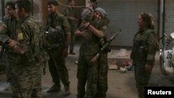 8月10日敘利亞的阿勒頗市女戰士們互相擁抱。