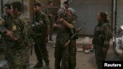 Deux combattantes des Forces démocratiques syriennes sont contentes de se retrouver dans la ville de Manbij, à Alep, Syrie, 10 août 2016.