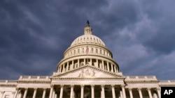 陰影籠罩美國國會大樓的照片(資料照片)