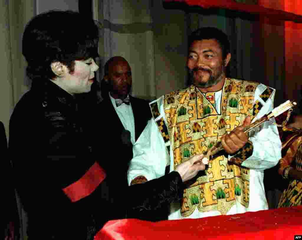 Michael Jackson amkabidhi Rais Jerry Rawlings upanga wa dhahabu kutoka mwanamfalme Alwaleed