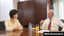 Giáo sư Pháp Alain Carpentier đang trao đổi về phát minh tim nhân tạo của mình tại một cuộc họp báo được tổ chức bởi Viện Tim thành phố Hồ Chí Minh. (Ảnh chụp màn hình trang web tuoitrenews.vn).