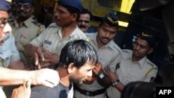 인도의 연쇄 성폭행범 시라즈 레마트 칸(가운데)이 4일 뭄바이 법원에 도착했다. 이 날 법원은 처음으로 성폭행범에 사형을 선고했다.