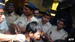 Salah seorang pelaku perkosaan beramai-ramai, Siraj Rehmat Khan (tengah) dikawal polisi menuju pengadilan di Mumbai (4/4).