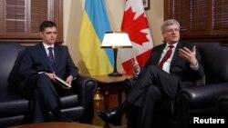 바딤 프리스타이코(왼쪽) 우크라이나 외교차관이 캐나다 대사로 재임중이던 지난 2014년 스티븐 하퍼 당시 캐나다 총리와 집무실에서 환담하는 모습. (자료사진)
