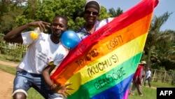 Des Ougandais brandissent un drapeau arc-en-ciel, Entebbe, le 9 août 2014.