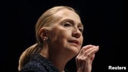 Menteri Luar Negeri AS Hillary Clinton memberikan pidato di Universitas Dublin, Irlandia Kamis (6/12).