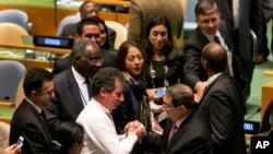 El ministro de RR.EE. de Cuba Bruno Rodriguez (centro derecha) es felicitado por delegados en la ONU después de la votación de la resolución pidiendo el levantamiento del embargo de Washington a La Habana, el martes, 27 de octubre de 2015.