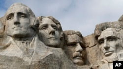 Chân dung 4 tổng thống được khắc trên rặng Mount Rushmore. Từ trái: George Washington, Thomas Jefferson, Theodore Roosevelt và Abraham Lincoln.