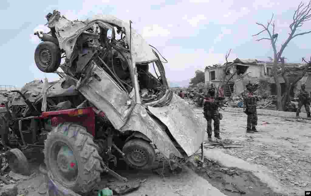 Lực lượng an ninh Afghanistan tuần tra địa điểm xảy ra cuộc tấn công tự sát ở thị trấn Urgun của tỉnh Paktika.