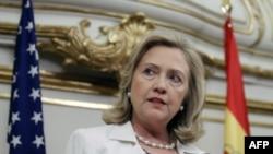 """Ngoại trưởng Clinton nói ông Gadhafi nên từ bỏ quyền lực và tạo điều kiện thuận lợi để đất nước chuyển sang chế độ dân chủ, phù hợp với nguyện vọng của nhân dân Libya."""""""