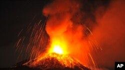 Núi lửa phun trào khiến tro bụi và lửa bốc cao lên không, thắp sáng cả bầu trời trên hầu hết lãnh thổ phía Đông đảo Sicily.