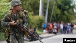 지난해 9월 필리핀 남부 잠보앙가의 반군 출몰지역에서 필리핀 정부군 군인이 경계 중이다. (자료사진)