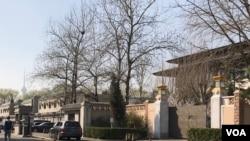 2018年3月25日,中国发展高层论坛年会在美中贸易摩擦不断升级的阴影下于北京钓鱼台国宾馆开幕。图为钓鱼台国宾馆大门。(美国之音叶兵拍摄)