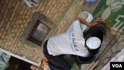 在庫車拍攝到一個當地攤販在製作新疆特色食品「饢」