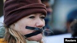 Une manifestante protestant contre la décision de la SABC de ne pas diffuser des images de violentes manifestations.