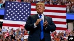 FILE - Il presidente Donald Trump arriva a parlare a una manifestazione della campagna al Landers Center Arena, ottobre 2, 2018, a Southaven, Miss.