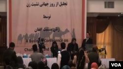 درمحفل امروز تندیسی موسوم به بی بی خدیجه نیز رونمایی شد که ٢٥٠٠٠٠ افغانی ارزش دارد و به زنان مؤفق تجارت پیشه داده خواهد شد