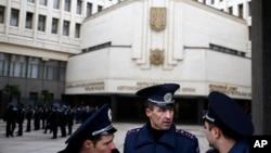 Украинские полицейскиеу здания местного органа власти.Симферополь, Крые, Украин, 26 февраля 2014г.