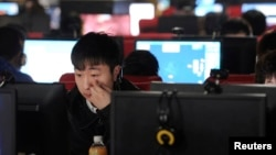 Suasana di sebuah warung internet di Hefei, provinsi Anhui, China.