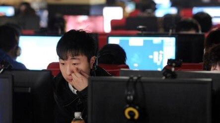 Warga menggunakan internet di sebuah internet cafe di Hefei, provinsi Anhui, China (foto: ilustrasi).