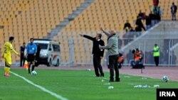 آمبولانس حاضر در ورزشگاه محل مسابقه پرسپولیس و نفت تهران در تصویر مشخص است