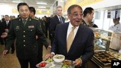 帕内塔在北京的装甲兵工程学院和学员们共进午餐