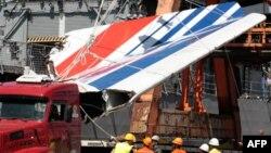 Công nhân dỡ bỏ các mảnh vụn của chiếc máy bay Air France bị nạn, 14/6/2009